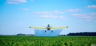 Oprysk chemiczny pól i ogrodów z helikoptera